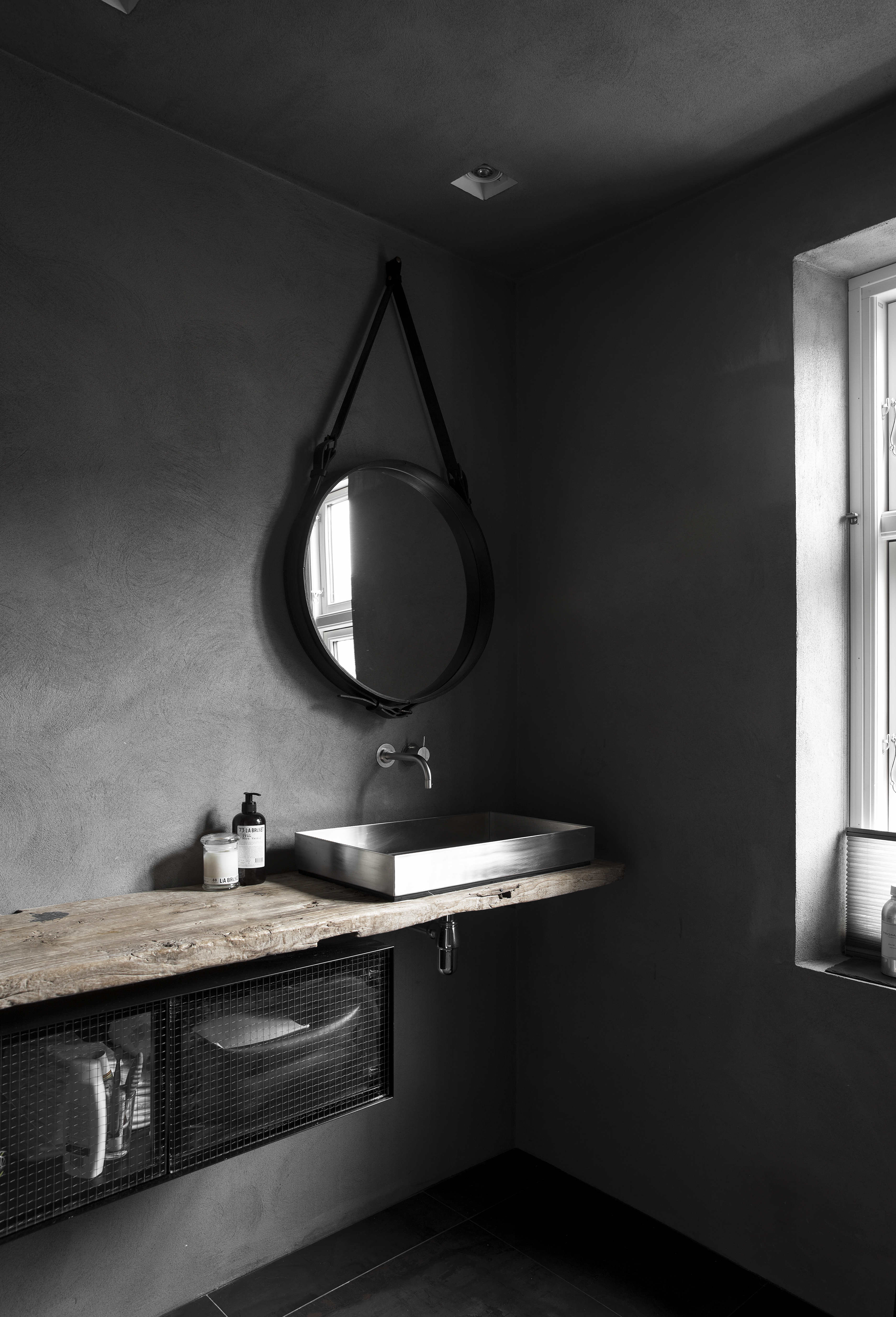 bagno moderno grigio scuro