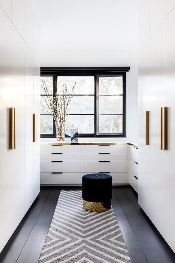 Progettare una cabina armadio camera stretta con finestra