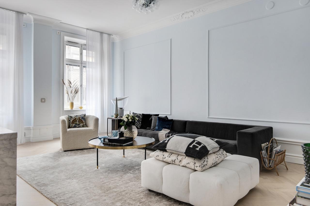Come arredare la parete dietro il divano conboiserie in legno o gesso