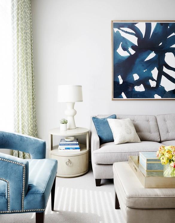 Come arredare la parete dietro il divano con abbinamenti colori a contrasto