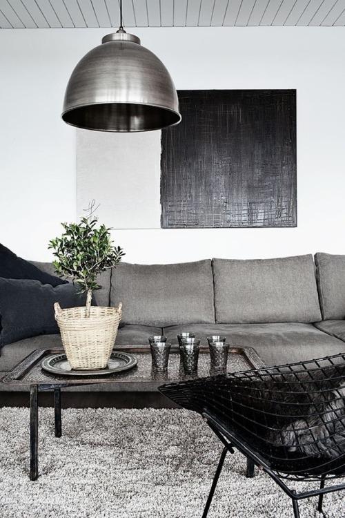 Come arredare la parete dietro il divano con quadri essenziali