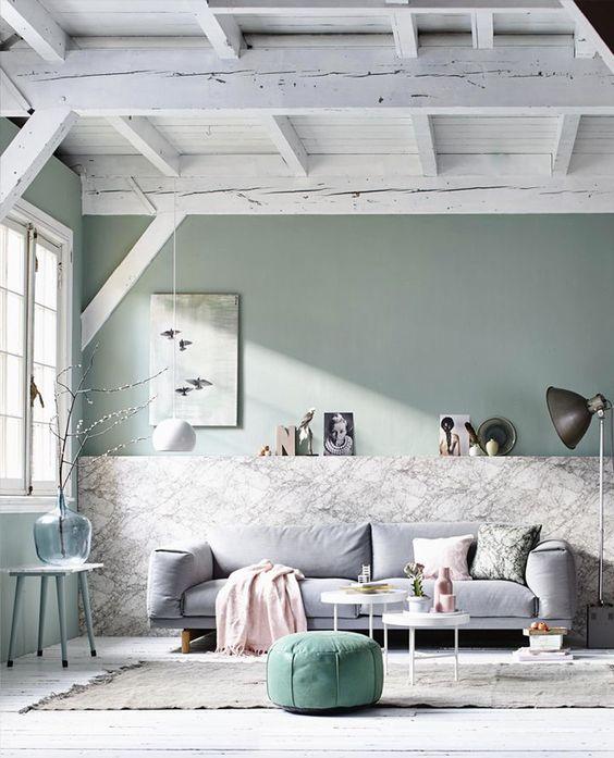 Come arredare la parete dietro il divano con oggetti di design