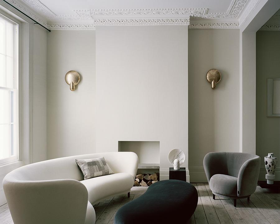 Come arredare la parete dietro il divano con arredo minimalista