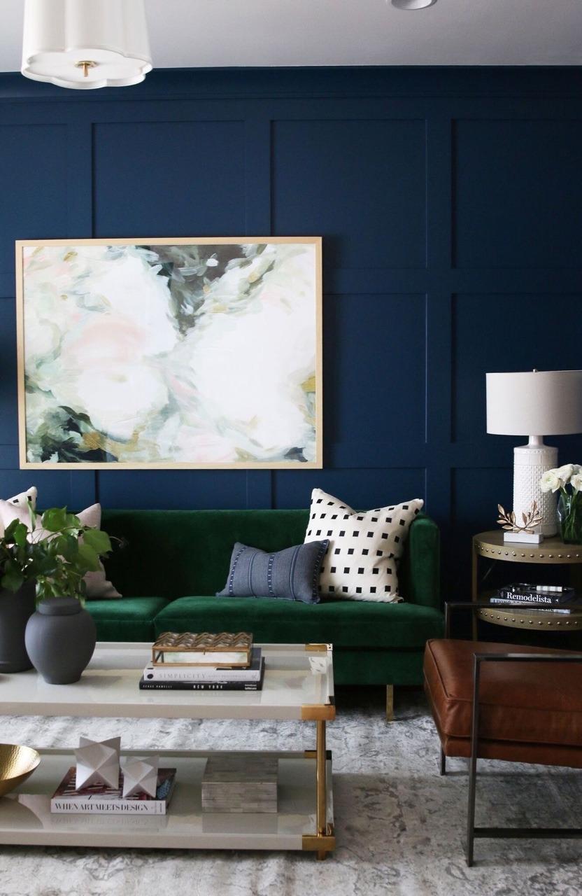 Come arredare la parete dietro il divano con quadri