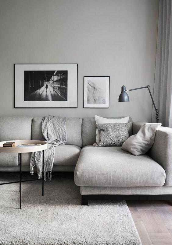 Come arredare la parete dietro il divano chiaro