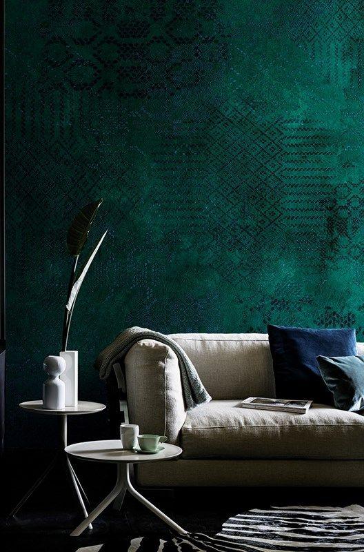 Come arredare la parete scura dietro il divano