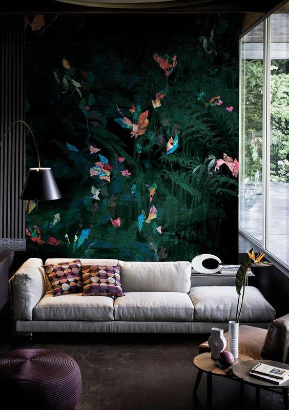 Come arredare la parete dietro il divano con carta da parati