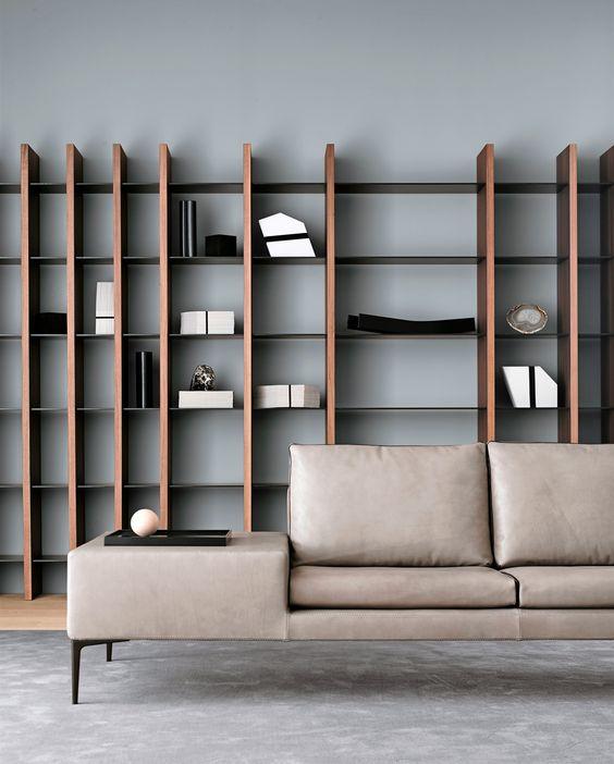 Come arredare la parete dietro il divano con librerie