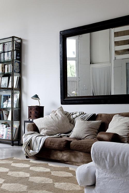 Come arredare la parete dietro il divano con specchio a parete