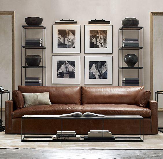 Come arredare la parete dietro il divano con elementi alti