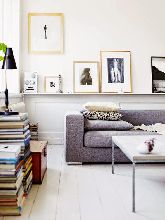 Come arredare la parete dietro il divano con colori quadri a contrasto
