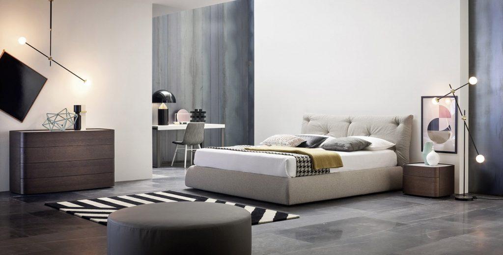 Camera da letto moderna grande con pitture a contrasto