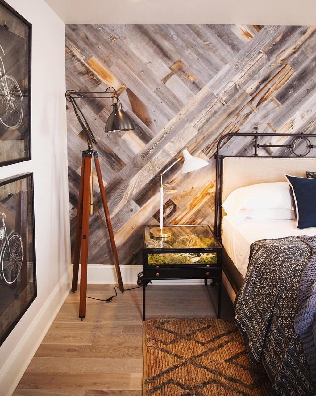 Come arredare una camera da letto modernacon carta da parati effetto parquet