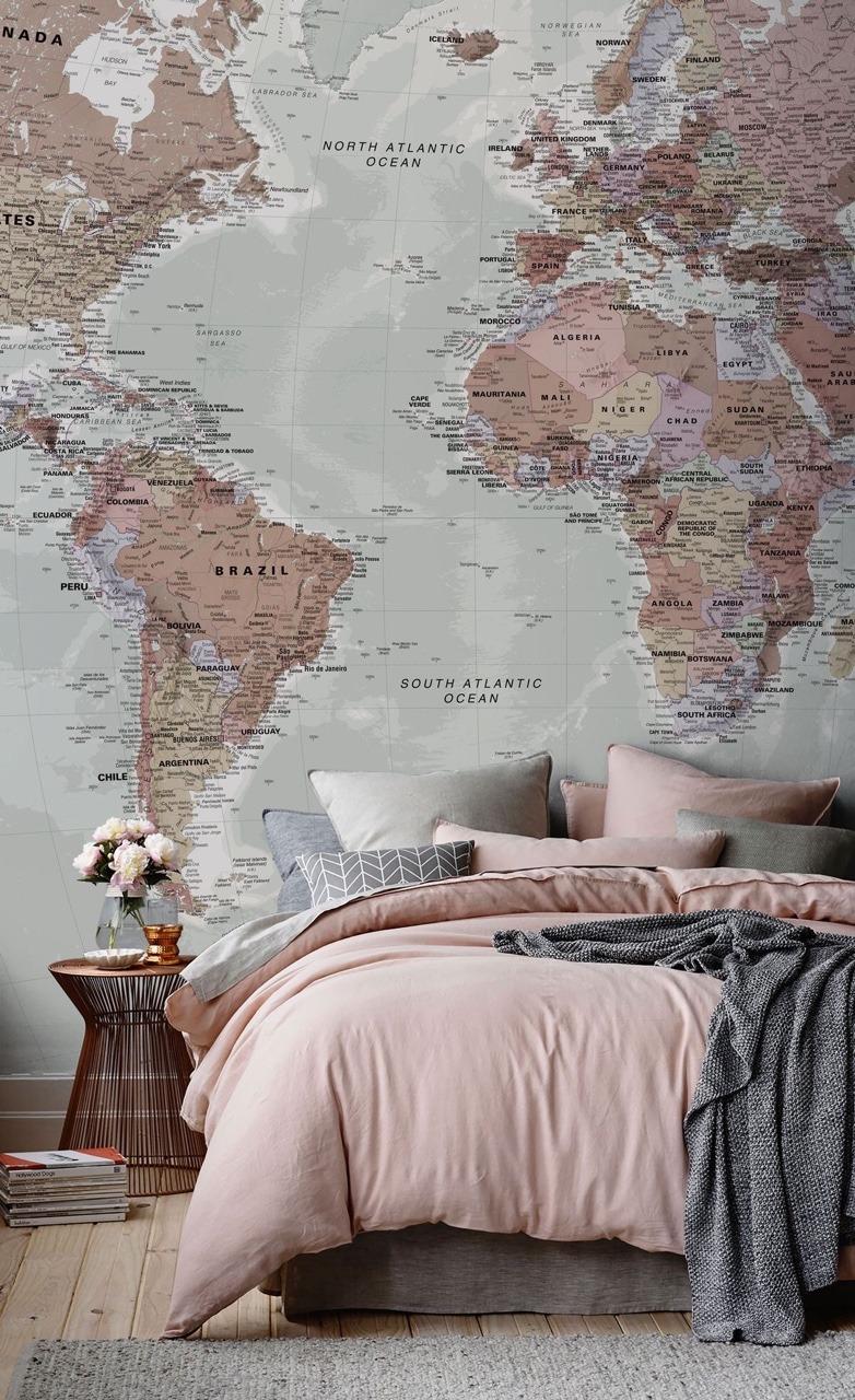 Come arredare una camera da letto modernacon carta da parati mappamondo