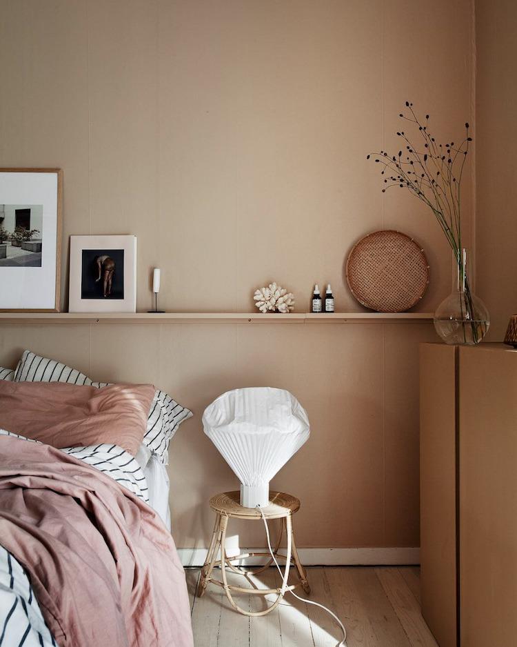 Camera da letto con pareti rosa e mensola