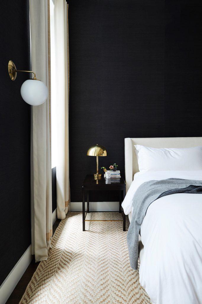 Camera da letto elegante bianca e nera