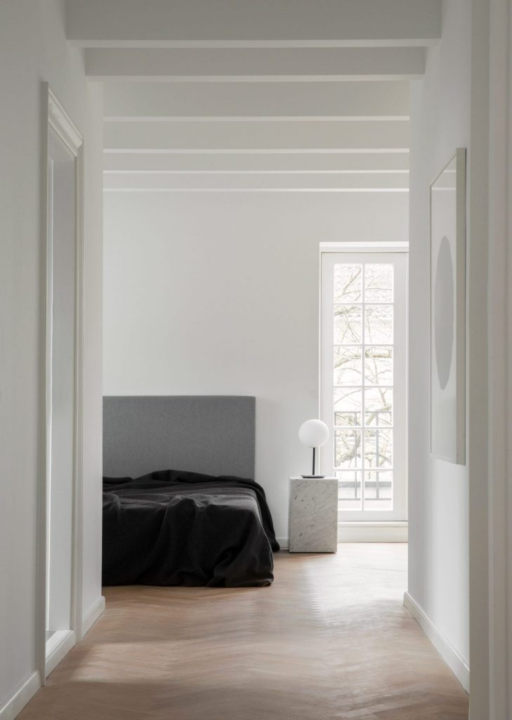 Camera da letto bianca con arredo nero