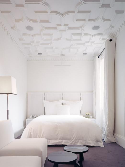 camera da letto bianca pavimento blu