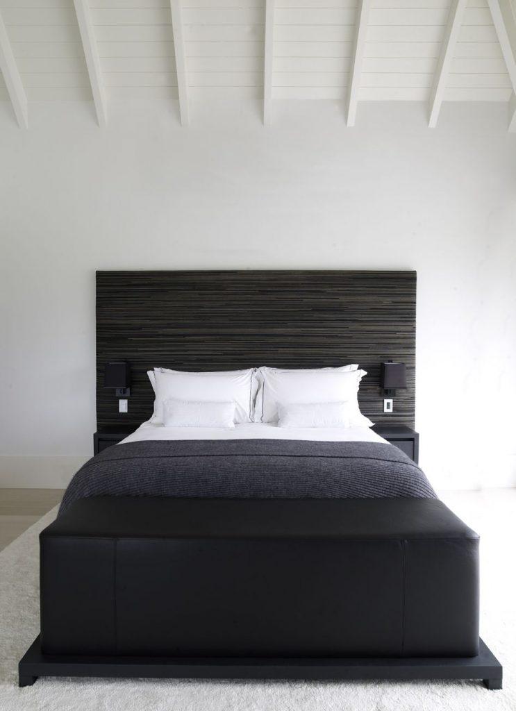 camera da letto con travi in legno bianco