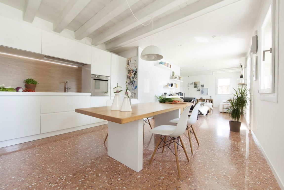 Marmo e legno la regola per abbinare pavimenti e rivestimenti for Pavimenti per cucina e soggiorno
