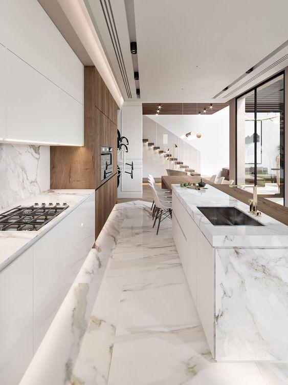 Cucina in marmo Calacatta e legno noce pavimento in marmo bianco