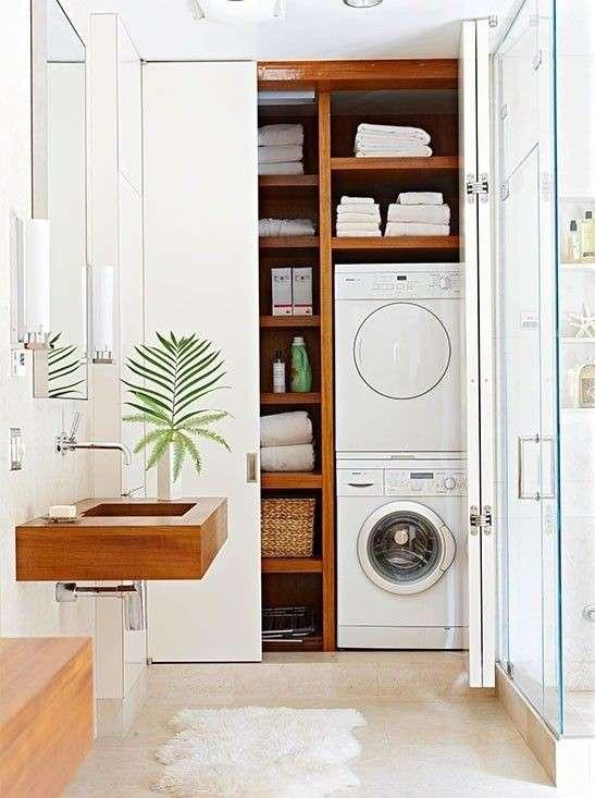 Esempio lavanderia in bagno con asciugatrice e lavatrice