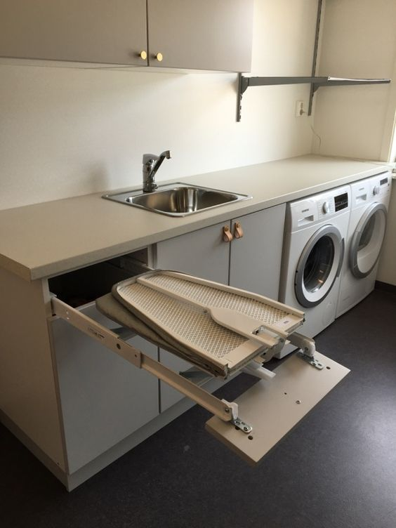 Lavanderia in cucina con asse da stiro