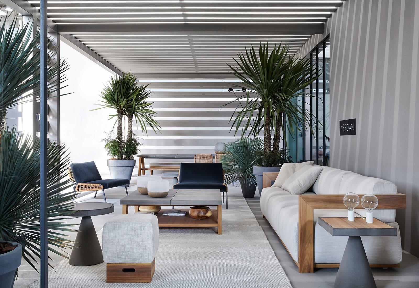 veranda arredata con piante di piccole e medie dimensioni