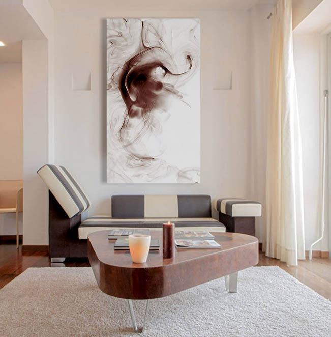 quadri appesi su una parete grande