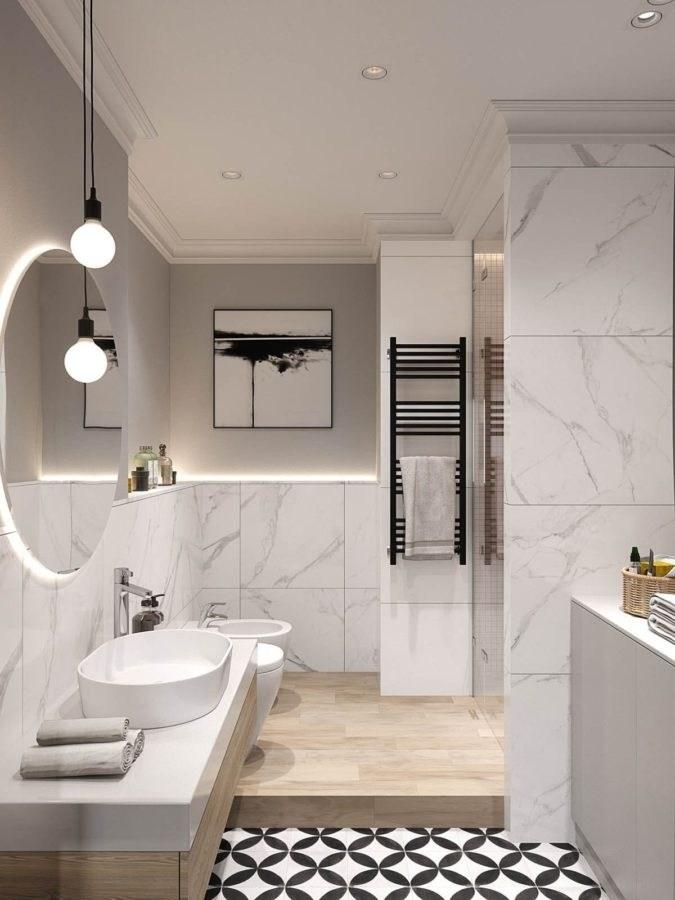 quadro di dimensioni medie appeso in bagno sopra piastrelle