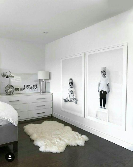 2 quadri grandi uguali appesi in camera da letto