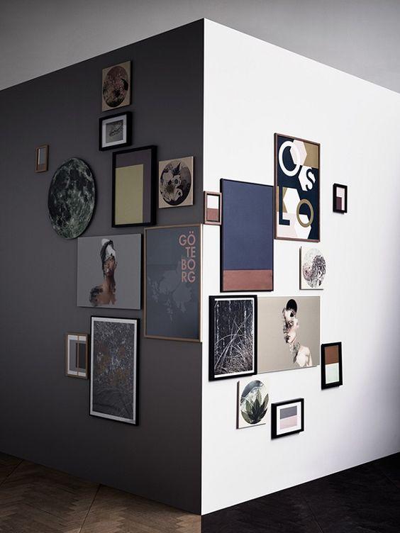 tanti quadri appesi su parete ad angolo
