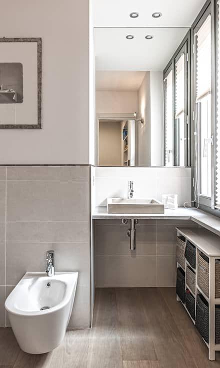 quadro di dimensioni medie appeso in bagno sopra piastrelle, parete bianca