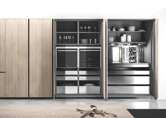 cucina moderna a scomparsa in legno chiaro