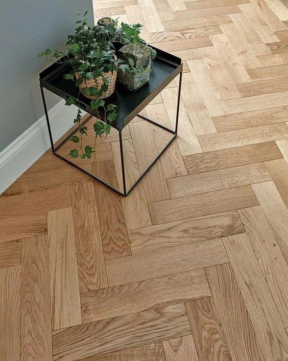 tavolino con piante sopra Parquet rovere naturale