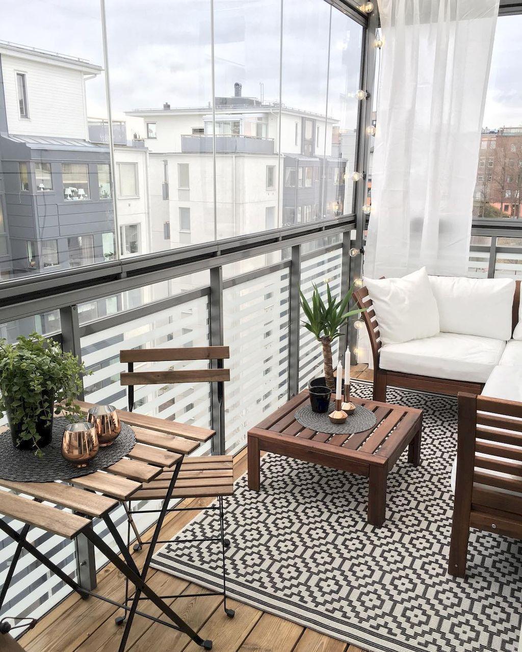 balcone arredato con divanetto tavolini sedie in legno
