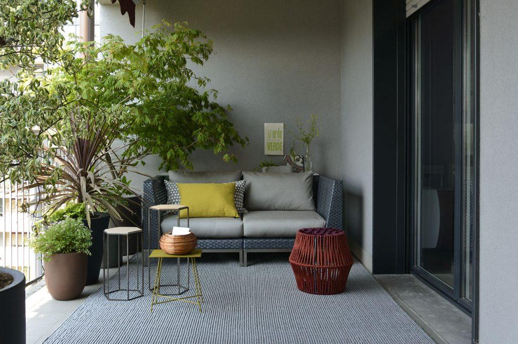 balcone con tappeto grande grigio