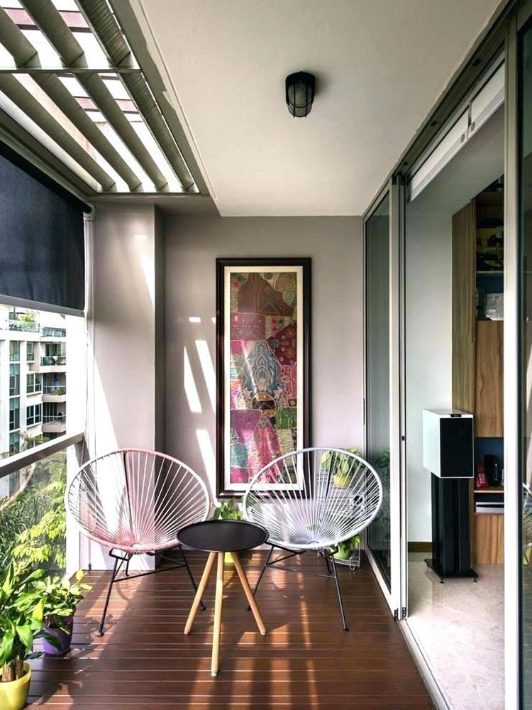 balcone con sedie e tavolino rotondo