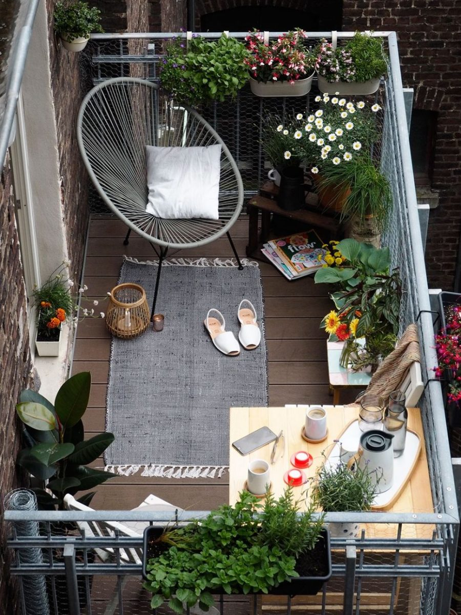 balcone piccolo arredato con poltrona,tappeto, tavolino ad angolo