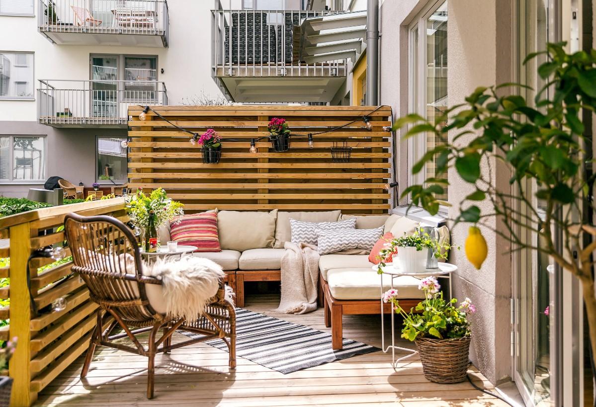 balcone con listelli legno divisorio