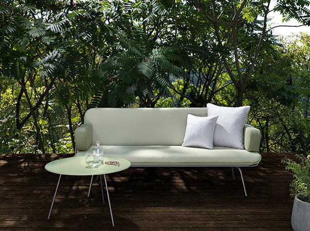 poltrona e tavolino in terrazza