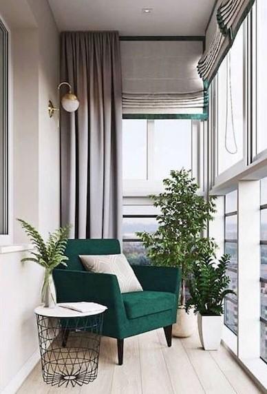 balcone arredato con poltrona e tavolino