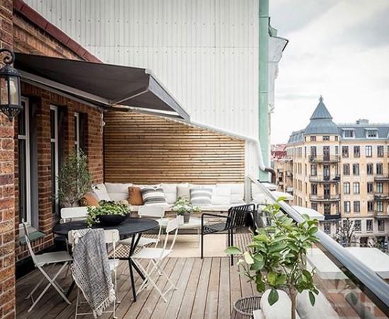 balcone grande arredato con angolo relax