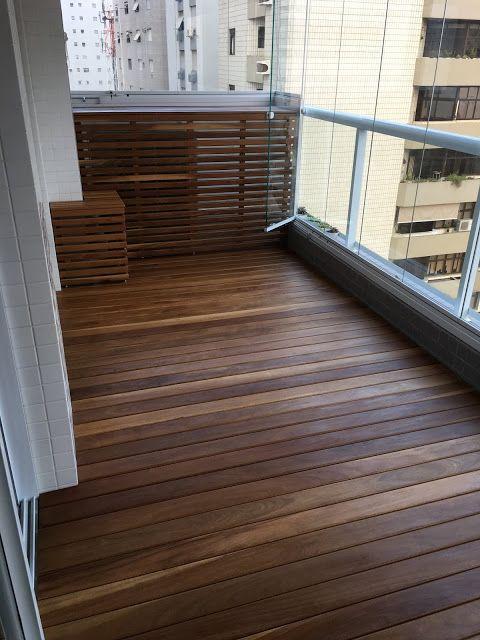 balcone arredato con arredi da giardino in vimini che si piegano