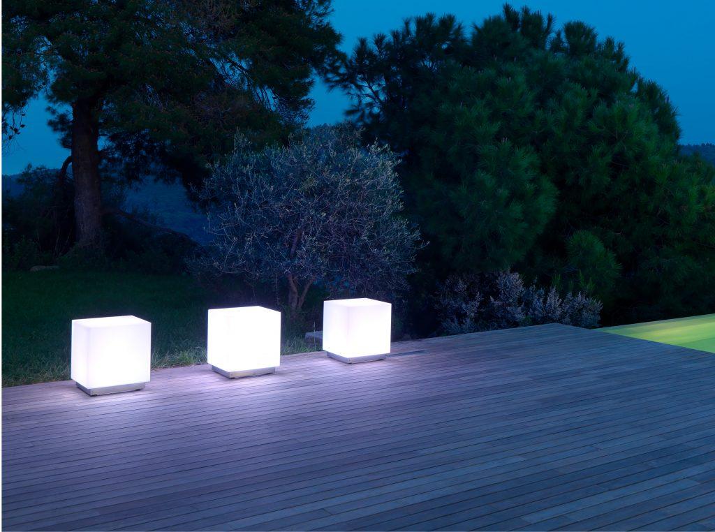 Arredare il balcone illuminazione a cubo