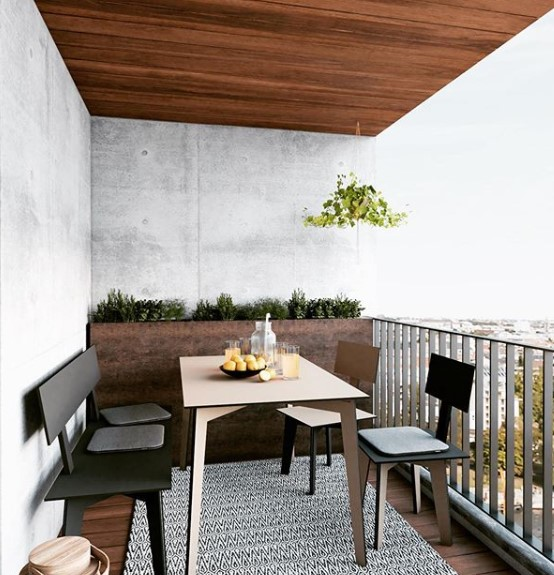 balcone arredato con tavolo e 4 sedie