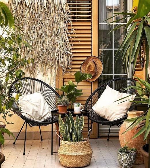 balcone arredato con 2 sedie