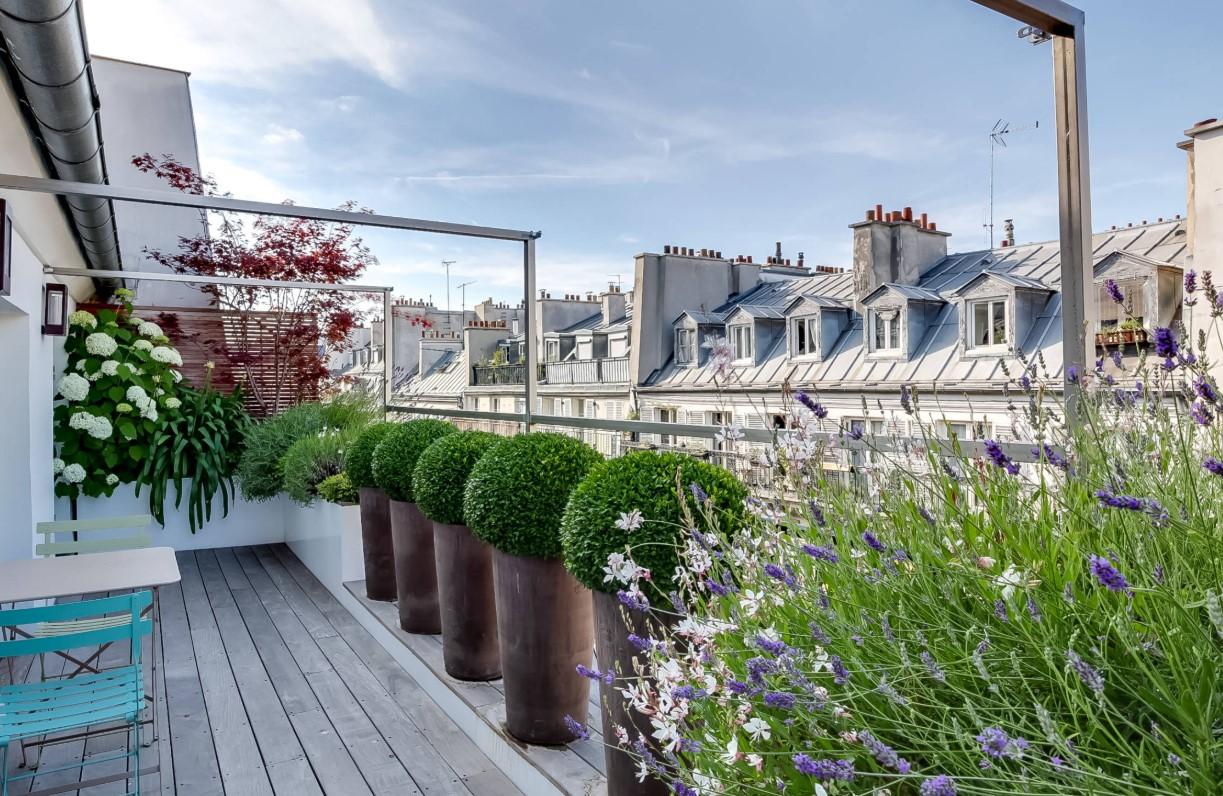 balcone arredato con piante e fiori
