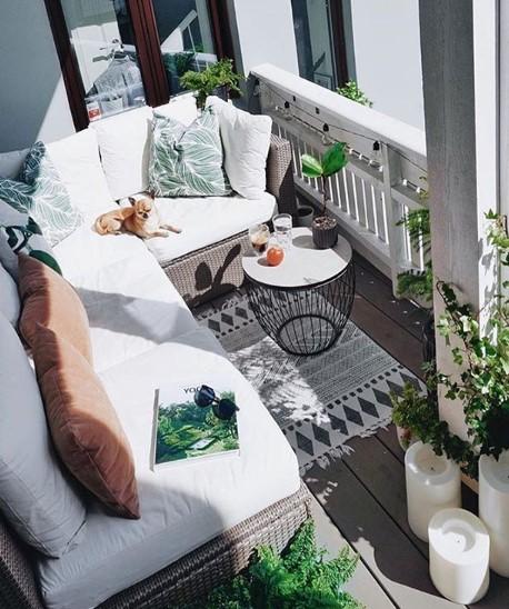 balcone arredato con divani e angolo relax