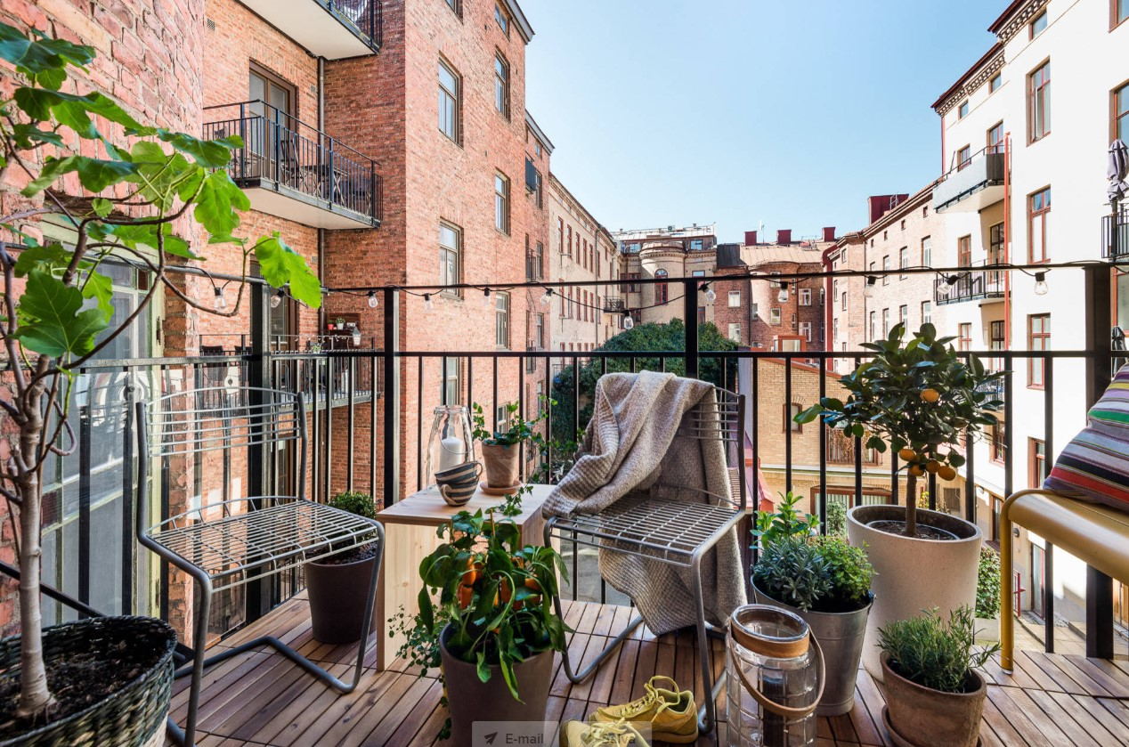 piccolo balcone arredato con tavolino e 2 sedie